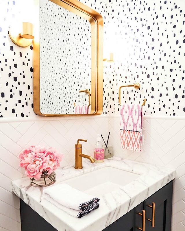 This high contrast bathroom featuring our Navy Spotted Wallpaper is just too goo...
