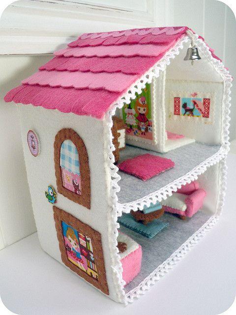 Felt house by ivydesigns.     Pattern from: www.etsy.com/shop/umecrafts: