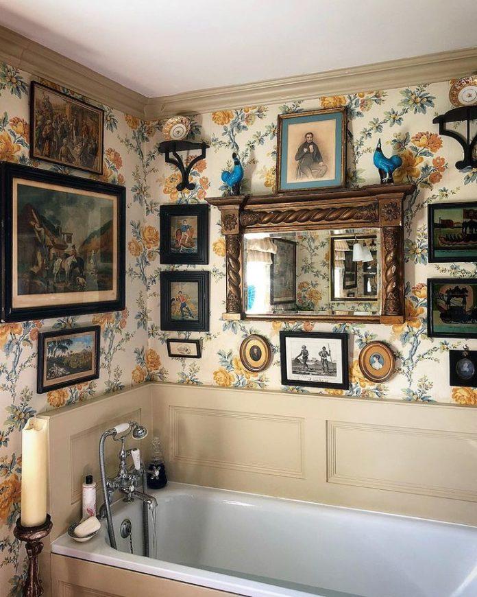 My favourite bathroom Violet Miller @countrylifemagazine #interiors #wallpaper #...